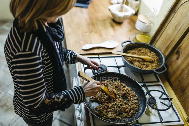 Жінка приготування їжі на газову плиту на кухні — стокове фото