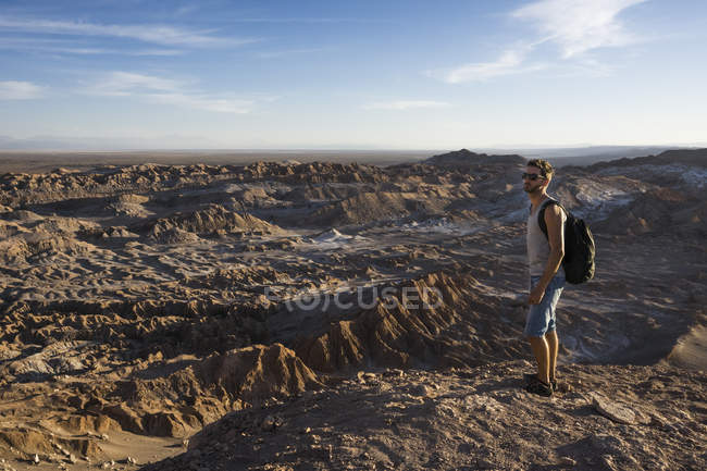 Chile, San Pedro de Atacama, Valley of the Moon, hiker lookig at view — Stock Photo
