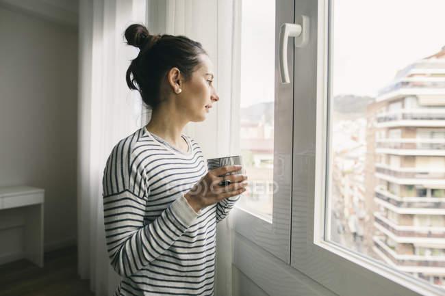 Mulher segurando xícara de café — Fotografia de Stock