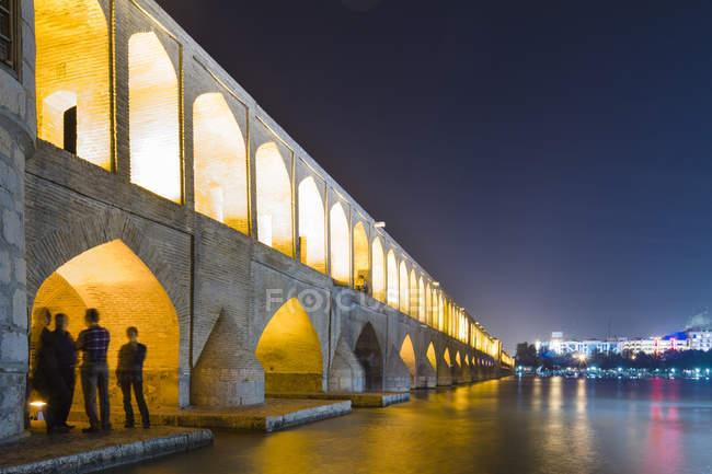 Irã, Isfahan, ponte de arco iluminada Siosepol à noite — Fotografia de Stock