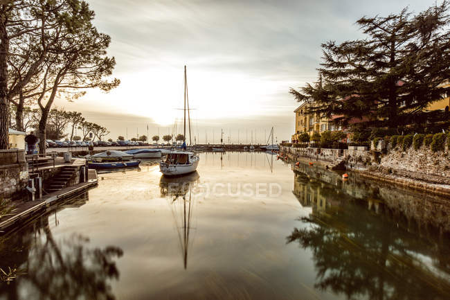 Italy, Lombary, Sirmione, Sailing ships at harbour — Stock Photo