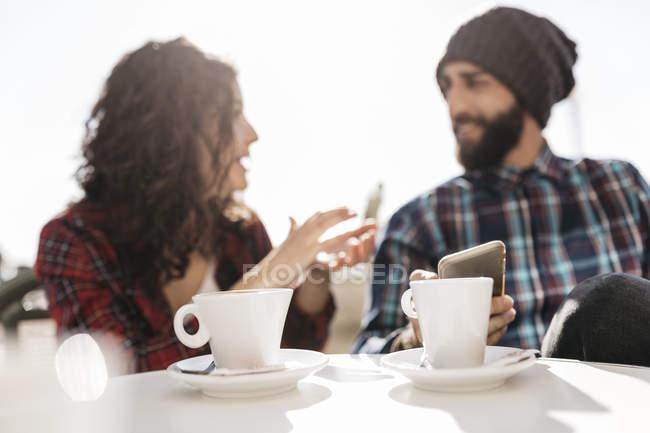 Пара, использующая смартфоны — стоковое фото