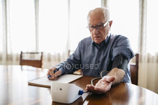 Mann, die Steuerung von Blutdruck — Stockfoto