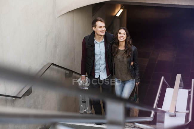 Allemagne, Berlin, couple souriant quittant la station de métro — Photo de stock