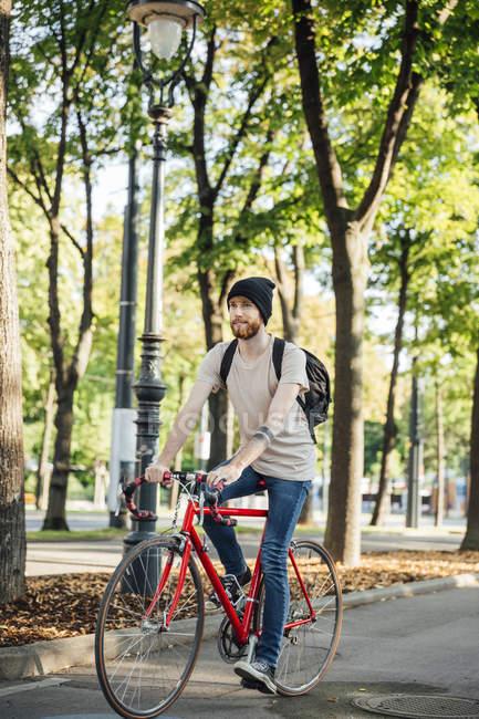 Junger Mann mit Rennsport-Zyklus am Fahrradweg in Wien, Dr.-Karl-Renner-Ring — Stockfoto