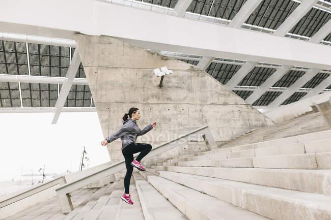 Mulher correndo lá em cima — Fotografia de Stock