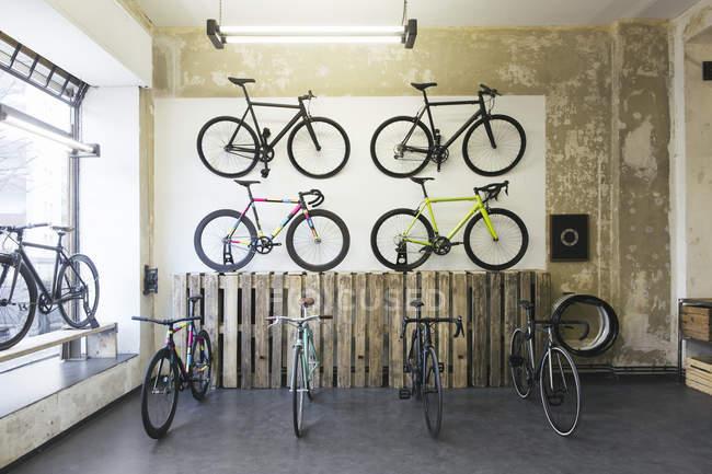 Sortiment von Zyklen in einem maßgeschneiderten Fahrrad Shop racing — Stockfoto