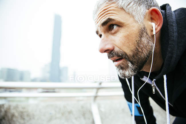 Atleta agotado con auriculares - foto de stock