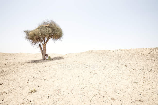 Man sitting in desert — Stock Photo