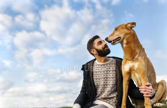 Porträt eines glücklichen Mannes mit seinem Hund — Stockfoto
