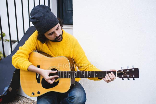 Mann spielt auf Akustikgitarre — Stockfoto