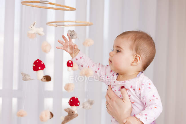 Макро дитину Дівчинка розглядає іграшка — стокове фото