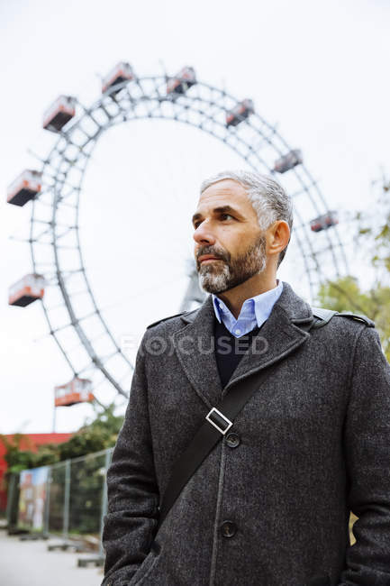 Портрет бизнесмена в Пратере, колесо обозрения на заднем плане — стоковое фото