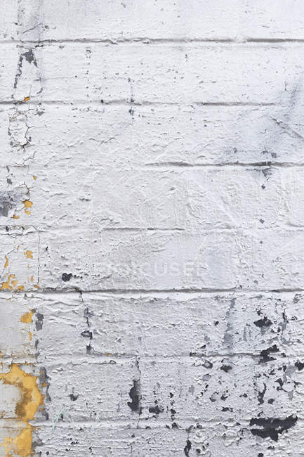 Old flaking paint on brickwork — Stock Photo