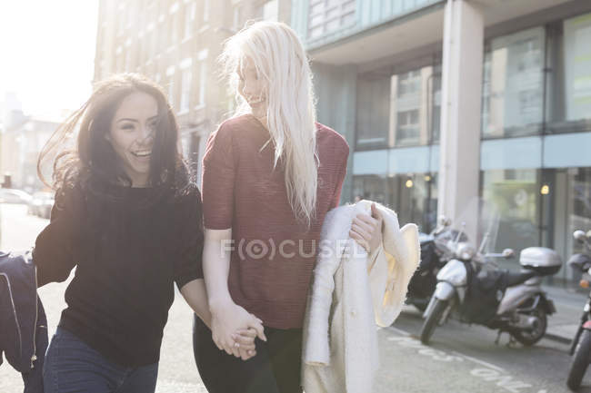 Two female best friends having fun on urban street — Stock Photo