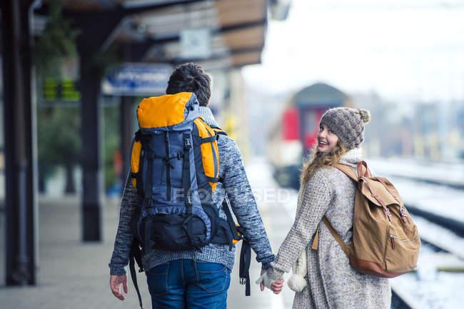 Casal andando na plataforma da estação — Fotografia de Stock