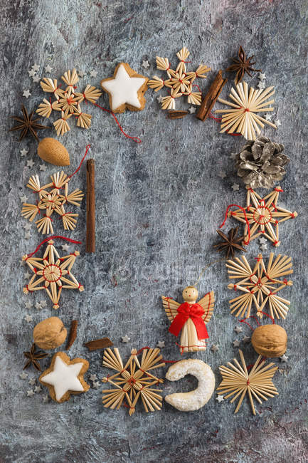 Decoración de Navidad, galletas, especias y nueces construyendo un marco - foto de stock