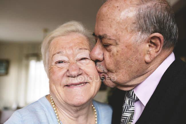 Senior hombre besar a su esposa feliz - foto de stock