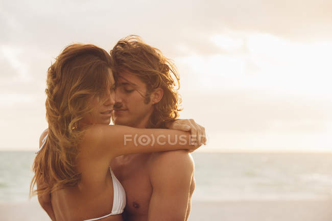 Couple embracing on beach — Stock Photo