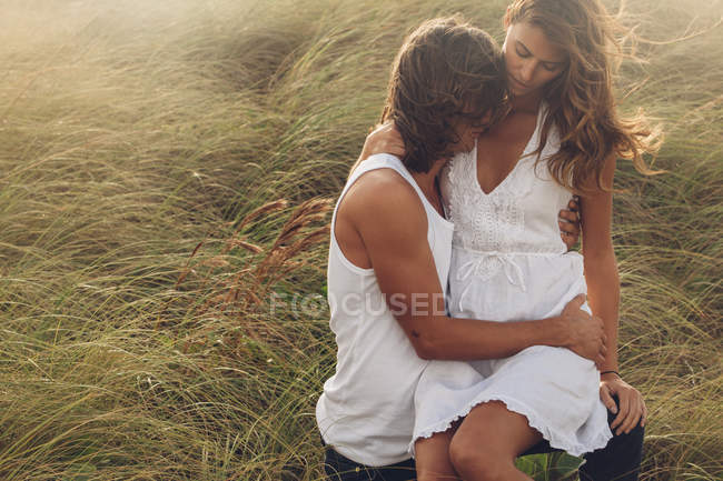 Couple embracing on grass — Stock Photo