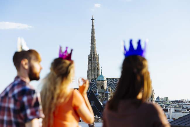 Австрії, Відень, молодих людей вечірка на терасі на даху — стокове фото