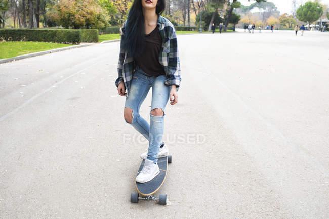 Jeune femme Longboard sur la route — Photo de stock