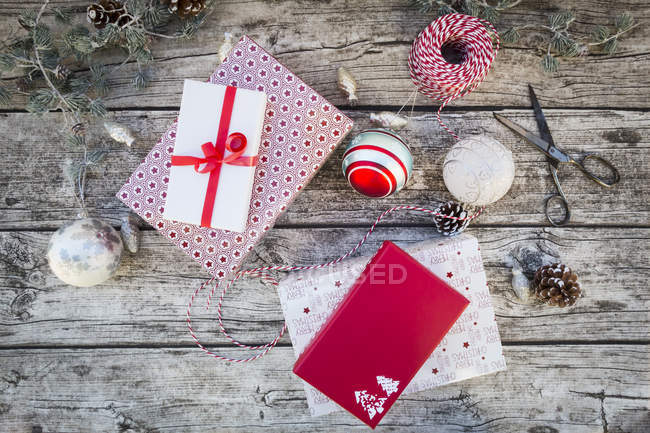 Decoración de Navidad y regalos envueltos en la madera - foto de stock