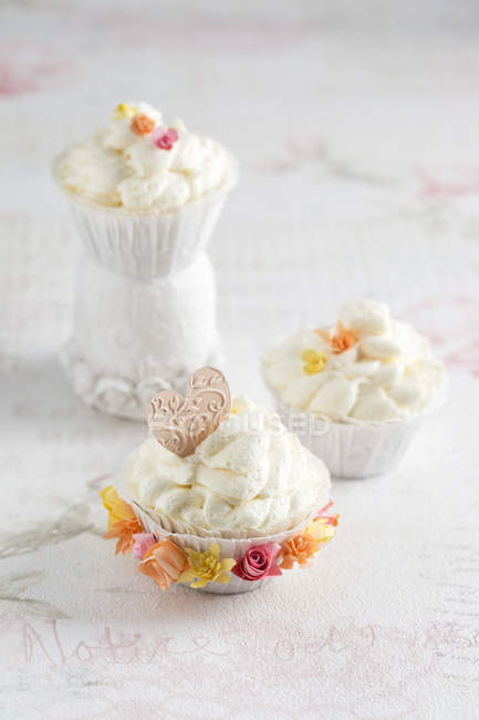 Cupcakes with vanilla creme and paper flower decoration, homemade — Stock Photo