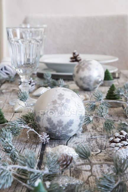 Новорічне прикраса на настройку накритий стіл — стокове фото