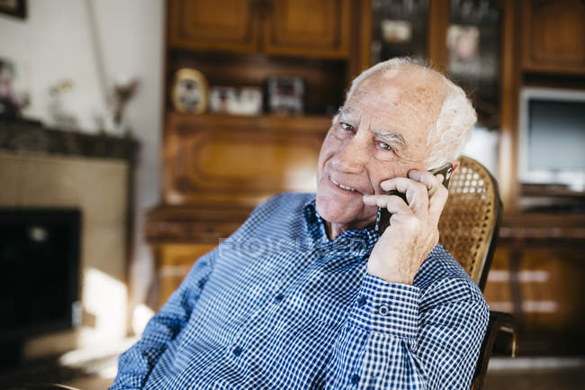 Man telephoning with smartphone — Stock Photo