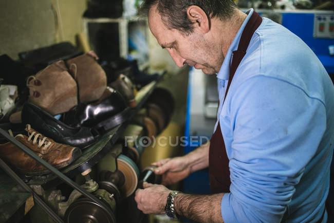 Sapato de polimento sapateiro com máquina — Fotografia de Stock