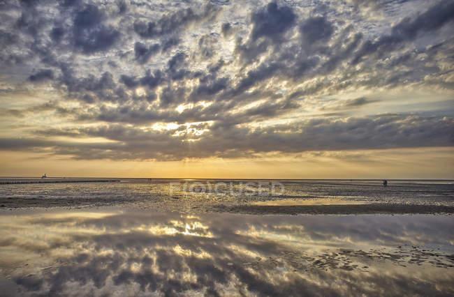 Німеччина, Dithmarschen, Friedrichskoog-тірольською, захід сонця у Північному морі tidelands — стокове фото