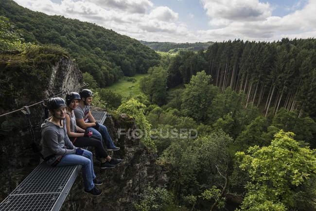 Німеччина, Вестервальд, Hoelderstein, трьох друзів на Віа ferrata, маючи перерва — стокове фото