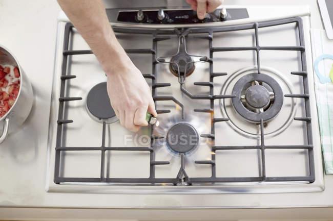 Чоловічої руки освітлення газова плита — стокове фото
