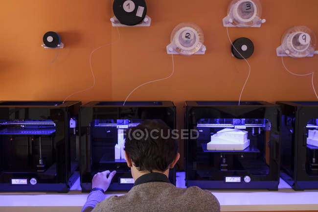 Man working with 3D printers — Stock Photo