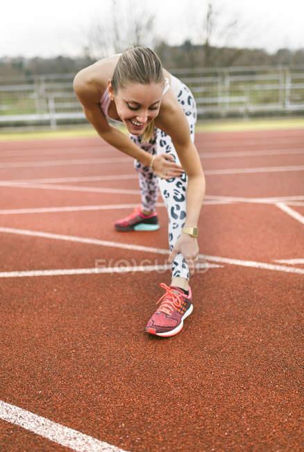 Спортсменка делает растяжку — стоковое фото