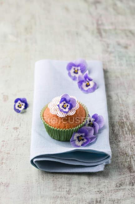 Булочки, съедобные цветы на салфетке — стоковое фото