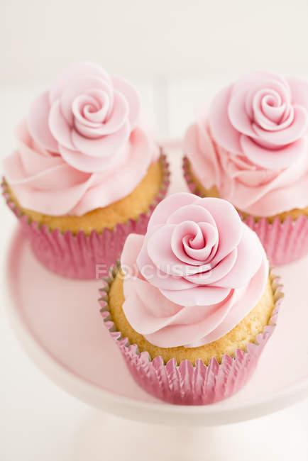 Drei rosa Cupcakes, Nahaufnahme — Stockfoto