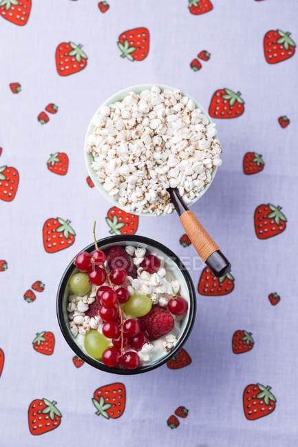 Yogurt con frutta e grano saraceno soffiato — Foto stock