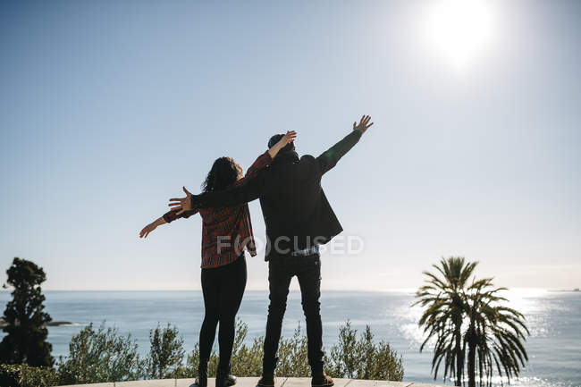 Paar genießt Aussicht auf Meer — Stockfoto