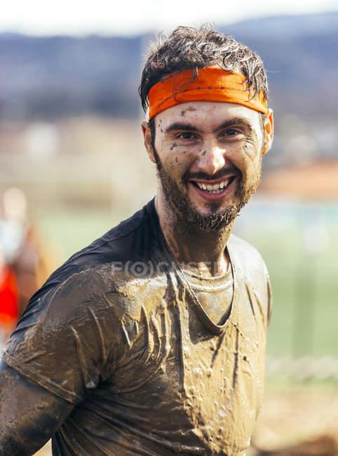 Retrato de los participantes en carrera de obstáculos extremo - foto de stock