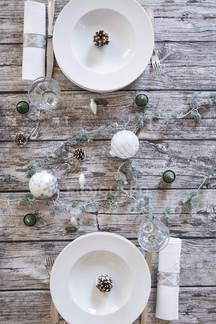 Two place settings on laid table at Christmas time — Stock Photo