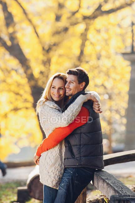 Ehepaar genießt Herbst im Park — Stockfoto