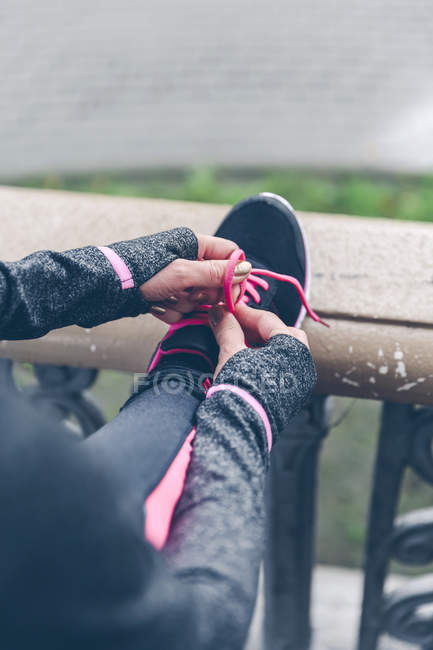 Lacet liant femme de sneaker — Photo de stock