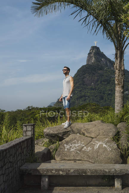 Brazil, Tourist in Rio de Janeiro with the Statue of Christ the Redeemer in the background — Stock Photo