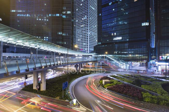 Traffic at night in Central Hong Kong, Hong Kong, China — стоковое фото
