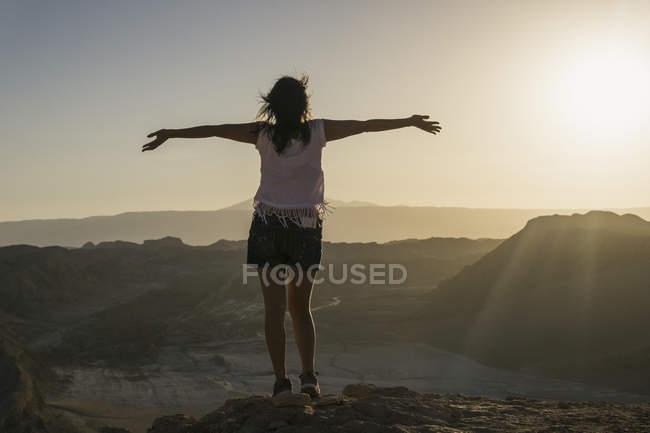 Chili, San Pedro de Atacama, femme dans le désert d'Atacama avec les bras tendus — Photo de stock