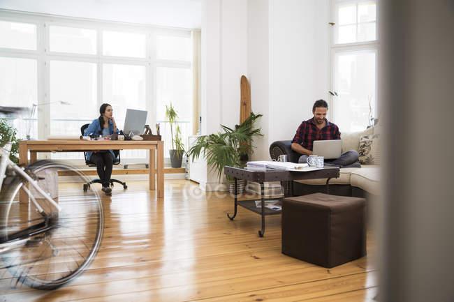 Deux personnes de création d'entreprise travaillant au bureau de l'informel — Photo de stock