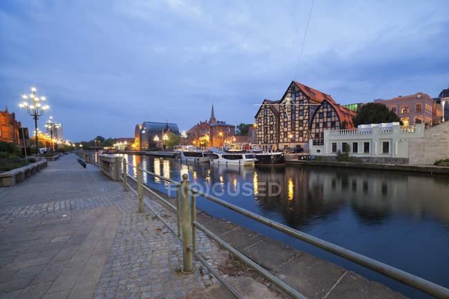 Paysage urbain Pologne, Bydgoszcz, au coucher du soleil le long de la rivière Brda avec Vieux greniers — Photo de stock