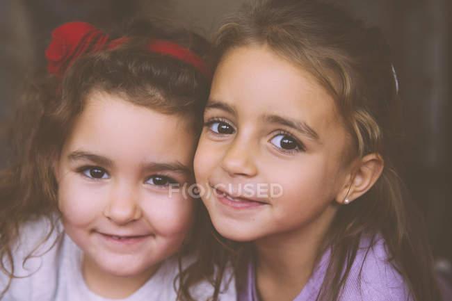 Retrato de duas garotinhas sorridentes — Fotografia de Stock